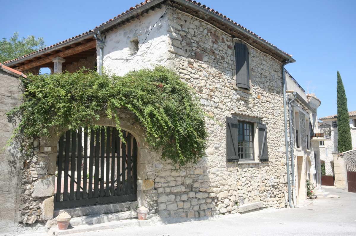 Maison de village en pierre avec piscine version contemporaine