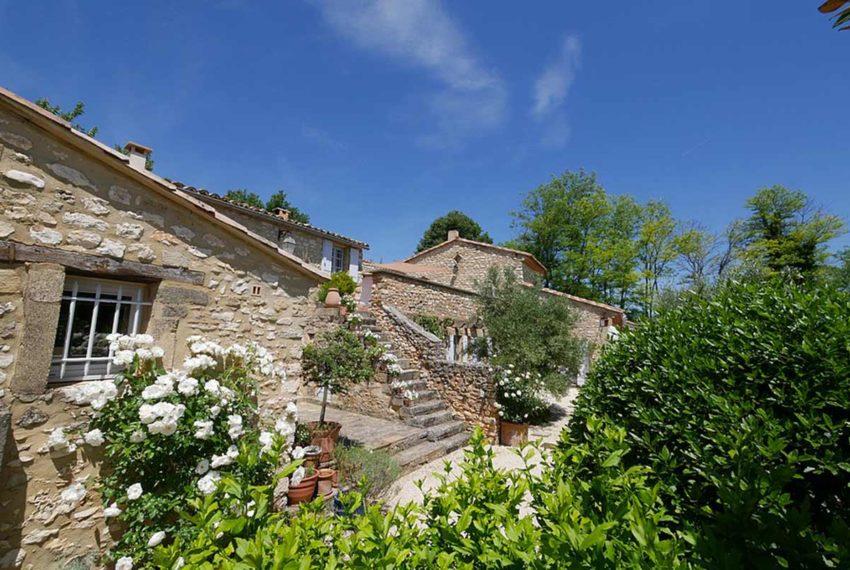 Charmant mas de campagne avec bassin jardin et oliveraie for Bassin de jardin jardiland