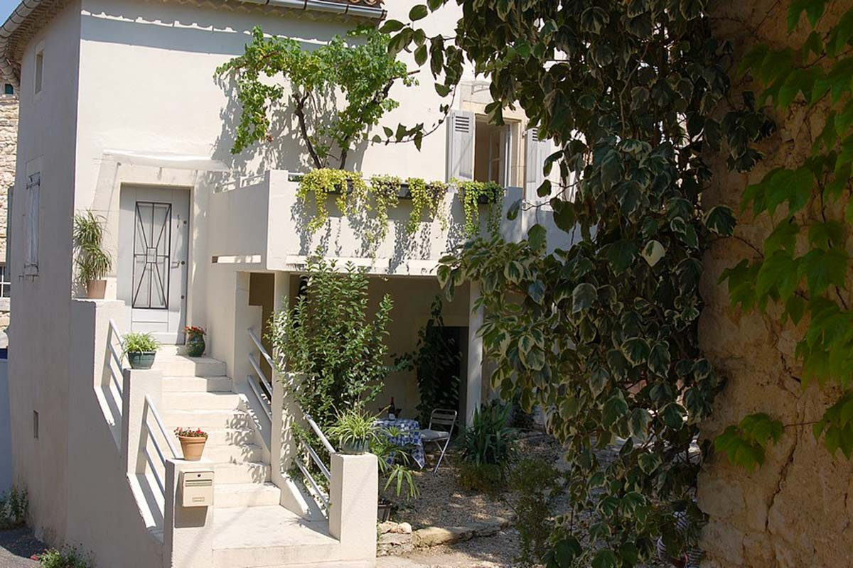 maison ancienne r nov e avec terrasse et garage agence volumes immobilier. Black Bedroom Furniture Sets. Home Design Ideas